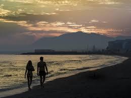 Couple <<marchant sur le bord d'une plage