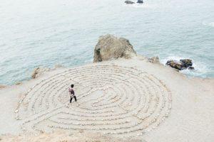 Homme perdu sur un labyrinthe imaginaire