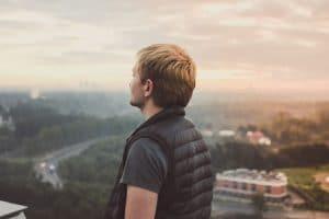 Jeune homme fixant le paysage