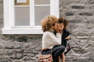 Maman murmurant à sa fille