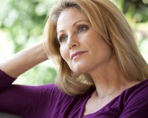 Belle femme blonde et pensive