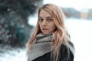 Jeune femme blonde, fine et triste