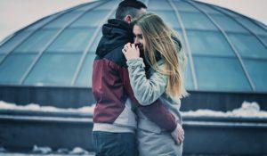 Jeune couple qui s'enlace