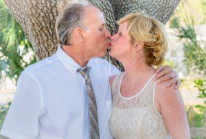 Couple d'âge mûr amoureux s'embrassant