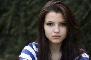 Jeune femme brune préoccupée