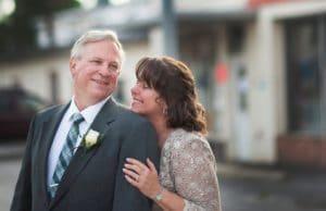 Couple dans la cinquantaine complice et amoureux