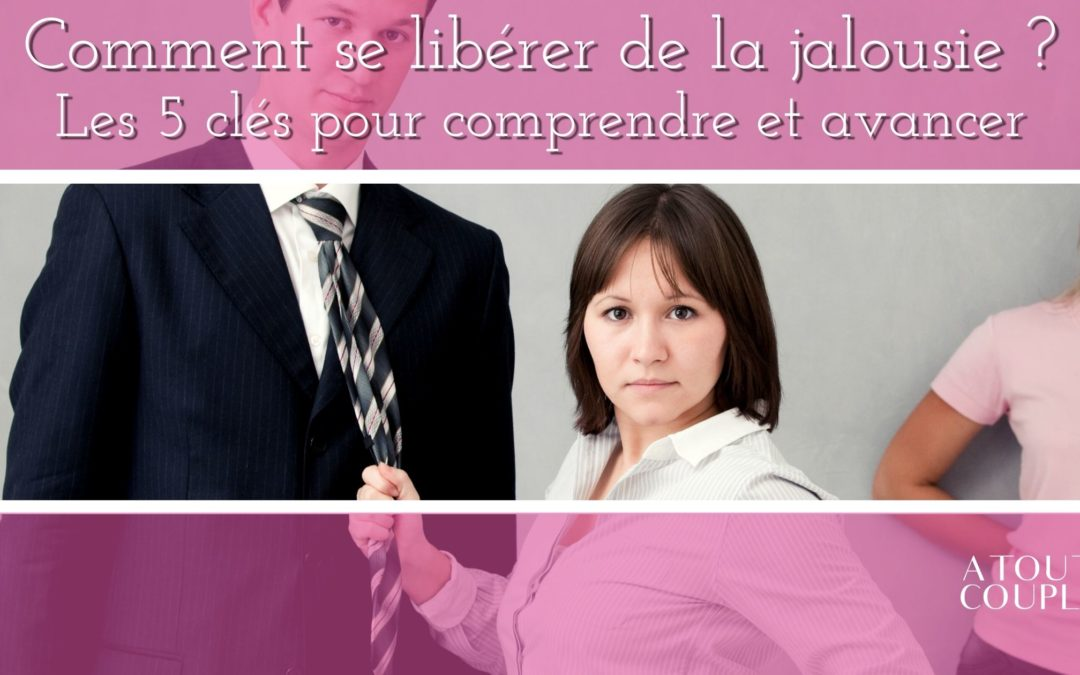 Femme jalouse qui tient un homme par sa cravate