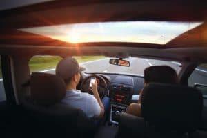 Couple roulant dans une voiture