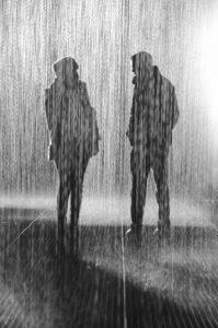 Un couple discutant sous la pluie