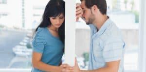 Couple malheureux séparé par un mur