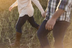 Couple marchant main dans la main