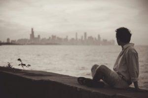 Homme solitaire qui contemple la mer