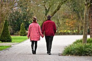 Couple marchant ensemble en se tenant par la main