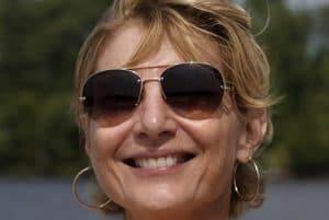 Femme souriante portant des lunettes