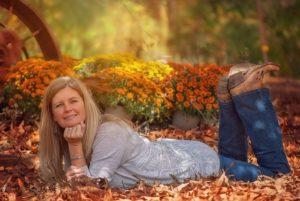 Femme cinquantaine souriante allongée sur le ventre