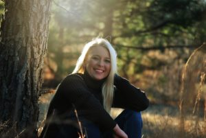Jeune femme blonde et souriante