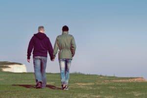 Deux hommes de dos,en couple et se tenant par la main