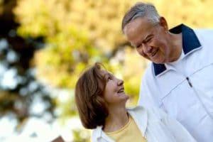 Couple cinquantaine qui sont proches et se sourient