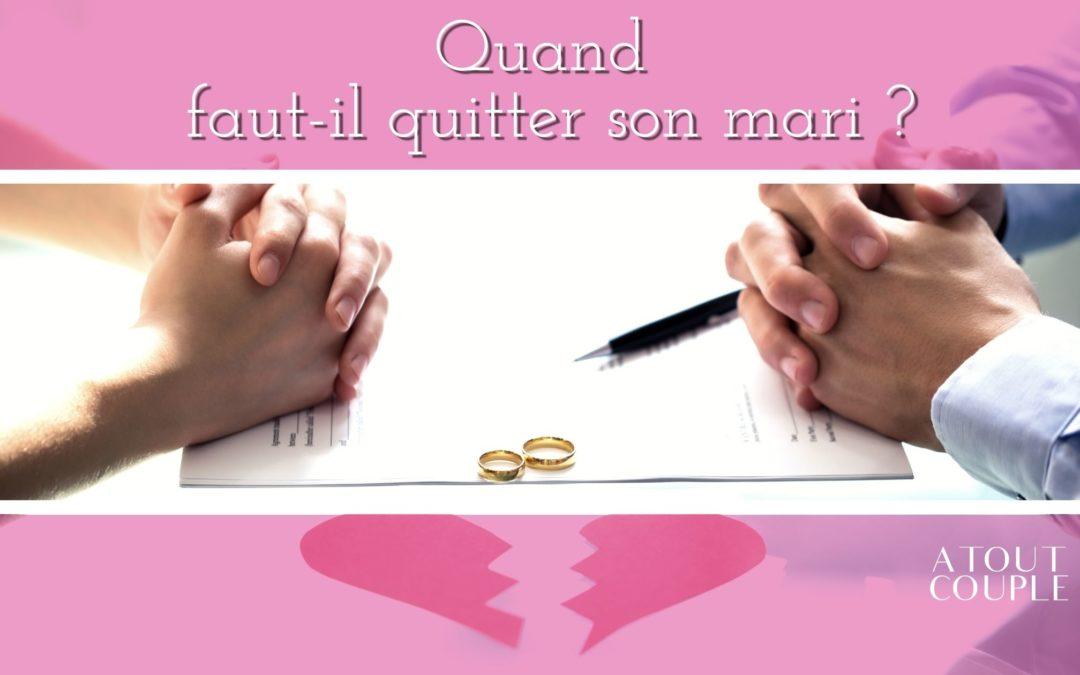 Homme et femme devant alliances et papier de divorce
