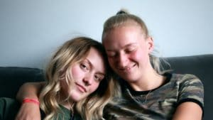 Couple de femmes blondes