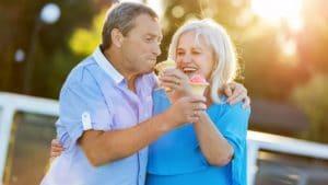 Couple heureux mangeant de la glace