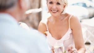 Femme d'âge mûre souriante en face d'un homme