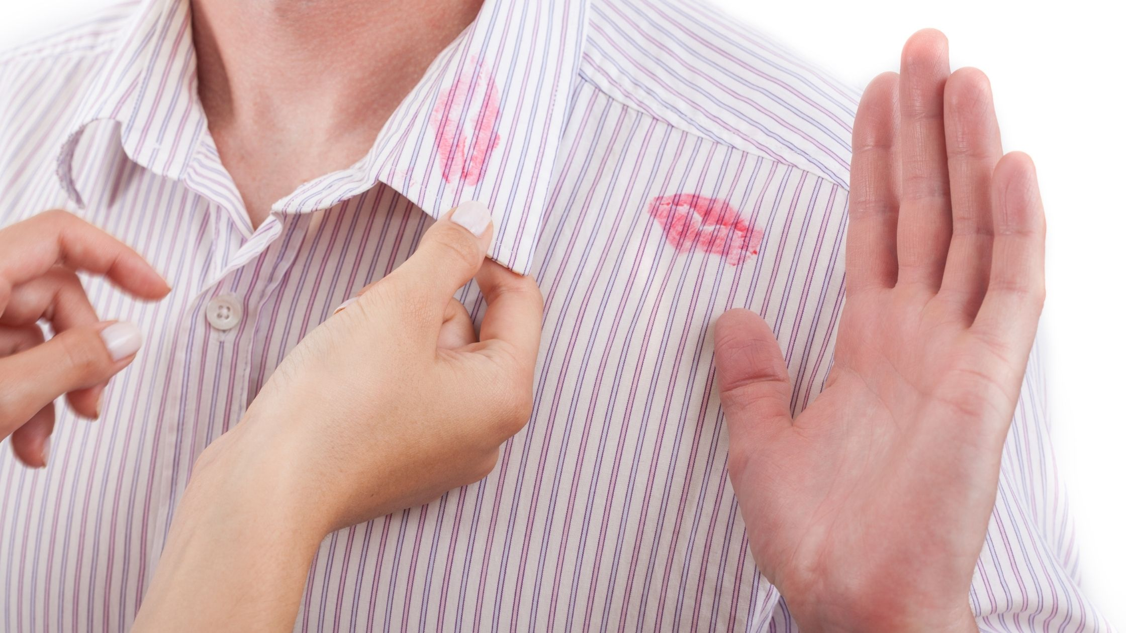 Col d'homme avec des traces de rouge à lèvres