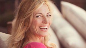 Femme quarantaine blond, souriante et épanouie