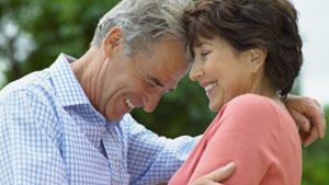Couple heureux qui s'enlace et rit ensemble