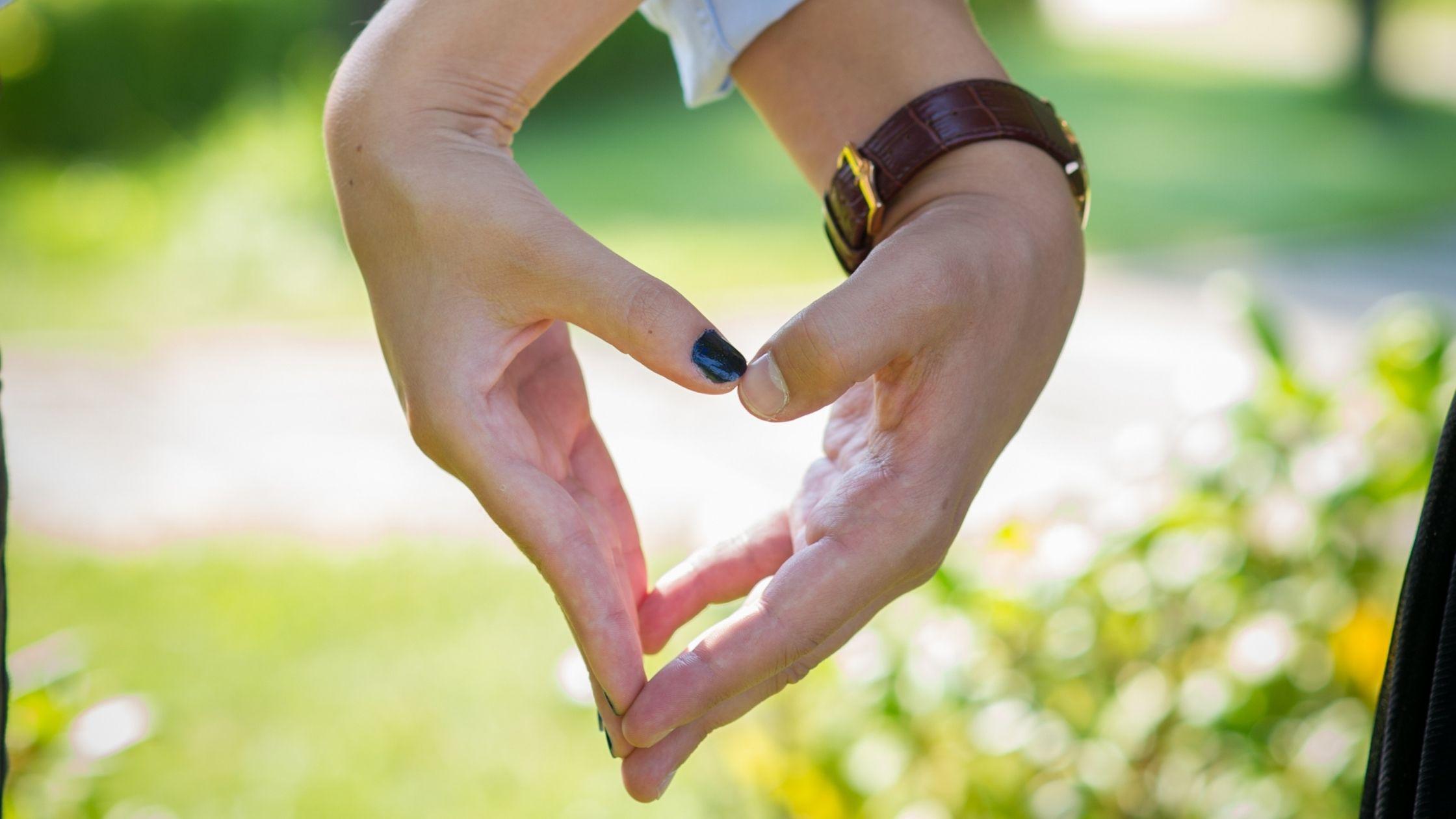 Deux mains qui forment un coeur