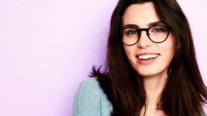 Jeune femme dans la trentaine souriante